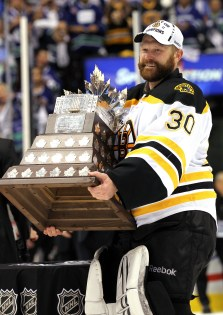 Tim Thomas with the Conn Smythe Trophy in 2011 (Photo by Bruce Bennett/Getty Images)