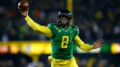 EUGENE, OR - NOVEMBER 29: Quarterback Marcus Mariota #8 of the Oregon Ducks throws a pass against the Oregon State Beavers during the 117th playing of the Civil War on November 29, 2013 at the Autzen Stadium in Eugene, Oregon. (Photo by Jonathan Ferrey/Getty Images)