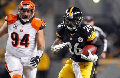 PITTSBURGH, PA - DECEMBER 15:  Le'Veon Bell #26 of the Pittsburgh Steelers rushes against the Cincinnati Bengals during the game on December 15, 2013 at Heinz Field in Pittsburgh, Pennsylvania.  (Photo by Justin K. Aller/Getty Images)