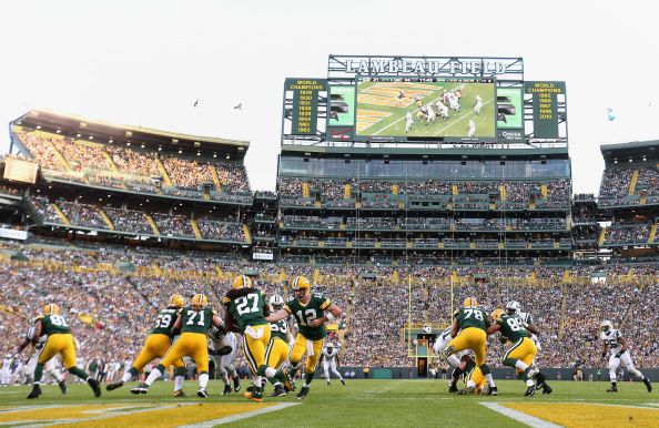 GREEN BAY, WI - SEPTEMBER 14:  Quarterback Aaron Rodgers #12 of the Green Bay Packers hands off the football to running back Eddie Lacy #27 during the second half of the NFL game against the New York Jets at Lambeau Field on September 14, 2014 in Green Bay, Wisconsin. The Packers defeated the Jets 31-24. (Photo by Christian Petersen/Getty Images)