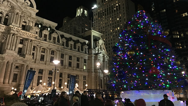 Christmas Tree Outside.Christmas Tree Outside City Hall Now Shining Bright Cbs Philly